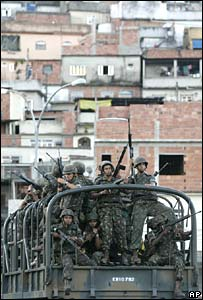 Army troops at the Vila dos Pinheiros slum