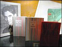 Foto de Federico García Lorca junto a algunas de sus obras.