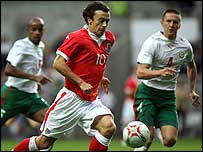 Wales midfielder Simon Davies takes on the Bulgaria defence