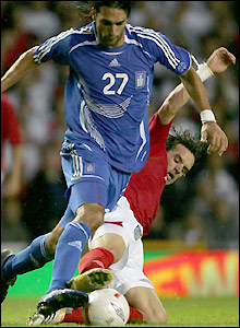 Owen Hargreaves executes a tackle