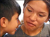 Elvira Arellano junto a su hijo Sa�l en una iglesia de Chicago