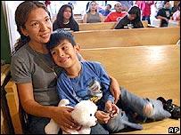 Elvira Arellano junto a su hijo Sa�l en una iglesia de Chicago. Sa�l Arellano (dcha.), de nacionalidad estadounidense por nacimiento, apoya a su madre en su lucha para no ser deportada.