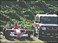 El auto de Schumacher, retirado en un lado de la pista.