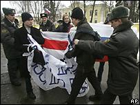 Милиция разгоняет демонстрацию оппозиции