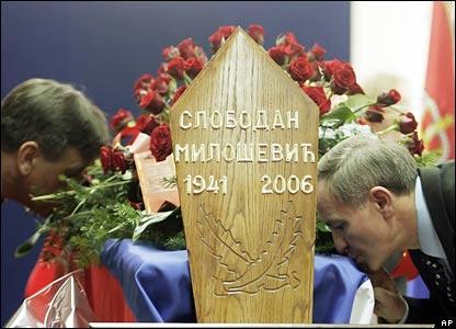 Представитель Социалистической партии целует гроб Милошевича