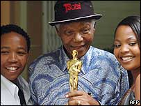 Nelson Mandela with actors Presley Chweneyagae (l) and Terry Pheto (r)