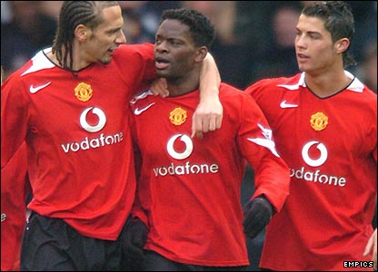 Rio Ferdinand and Cristiano Ronaldo congratulate Saha on his goal