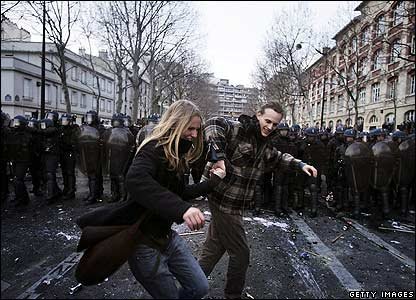Couple dances in front of riot police in Paris