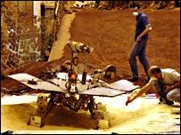 Vehículo Spirit en una simulación de la superficie marciana.