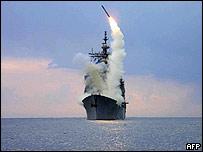 Foto de Archivo: USS Cape St. George disparando un misil en un simulacro en 2003.