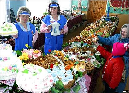 Women serving food at Vetka polling station