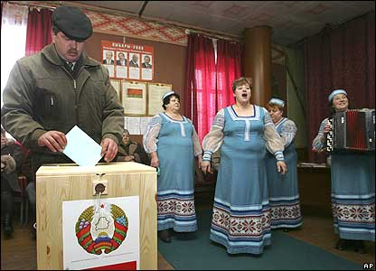 Singers at polling station in the village of Dinarovka