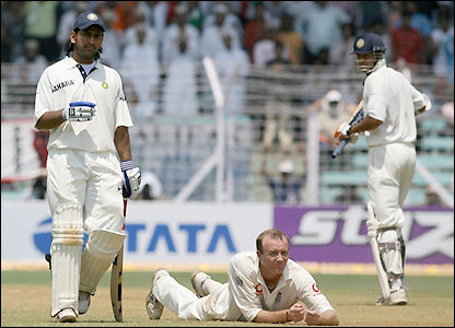 Mahendra Dhoni and Irfan Pathan punish Shaun Udal's bowling