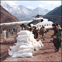 A WFP helicopter unloading aid