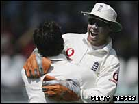 Geraint Jones embraces Jimmy Anderson