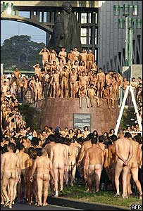 Venezolanos desnudos frente a la estatua de Bolivar.