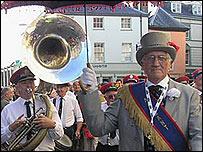 Band stryd yng Ngwyl Jazz Aberhonddu