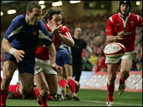 Shane Williams tussles with France's Frederic Michalak for the ball