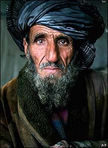 Un vendedor descansa junto a su negocio en el cementerio de Kart-e Sakhy en Kabul, Afganistán.