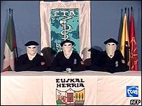 Imagen de televisión española muestra a integrantes de ETA anunciando el alto al fuego.