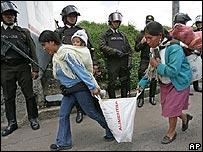 Indígenas ecuatorianos, frente a soldados.