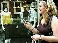 Mujer con celular.