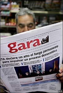 Hombre lee el periódico vasco Gara.