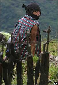 Un paramilitar detenido en Colombia en el 2004.