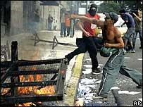 Algunos activistas atacaron el hogar de un ex ministro del gobierno militar.