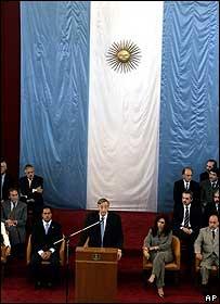 El presidente de Argentina, Néstor Kirchner, habla durante el acto de conmemoración.