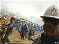 Trabajadores de YPFB en Bolivia.