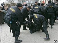 Милиция пытается задержать одного из митингующих