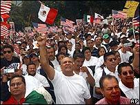 Manifestantes de marcha en Los �ngeles ondean banderas mexicanas y estadounidenses