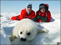 Paul McCartney y su esposa con una foca en Canadá.