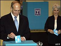 Israeli acting Prime Minister Ehud Olmert votes