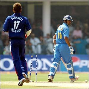 England's Liam Plunkett bowls Rahul Dravid