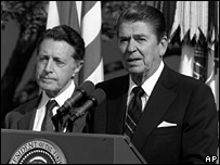 Weinberger (L) with former US President Ronald Reagan