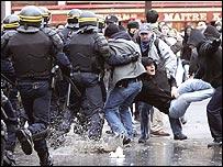 Policías se enfrentan a un grupo de manifestantes.