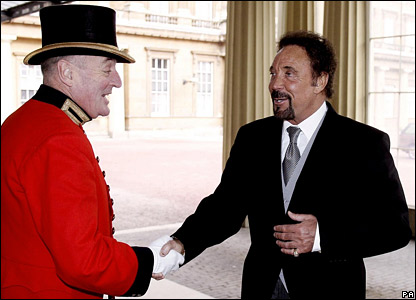 Sir Tom Jones arriving at the palace