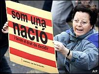 """Señora con un cartel en catalán que dice """"Somos una nación"""" (archivo)."""