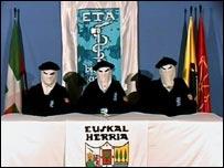 Hombres encapuchados de ETA anuncian el alto el fuego.