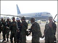 Soldados bolivianos custodian el aeropuerto de Cochabamba