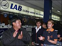 Trabajadores aeronáuticos protestando en el aeropuerto de Cochabamba