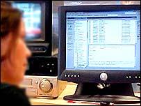 Пользователь перед экраном компьютера