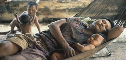 Mujer y ni�o de la tribu Nukak Mak�. (Foto cortes�a Survival: www.survival.es)