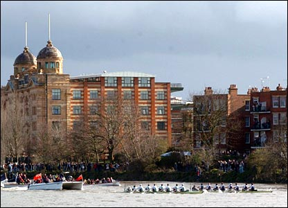 The crews reach Hammersmith Bridge