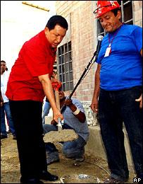 Hugo Ch�vez lanzando uno de los programas sociales de su gobierno.