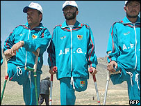 Atletas afganos víctimas de minas antipersonales en una ceremonia este martes