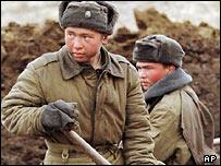 Военные на строительных работах