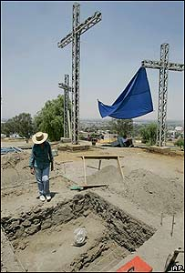 Una arqueóloga trabaja en la excavación de la estructura